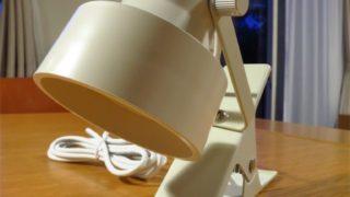 無印LEDクリップライトをベッドサイドの照明として