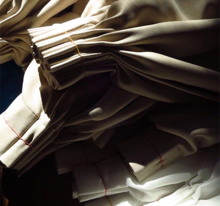 カーテンの洗濯を、輪ゴムとコインランドリーを使ってラクにする方法