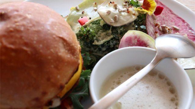 那須黒磯のカフェ、HIKARISHOKUDOUのビーガンチーズバーガー
