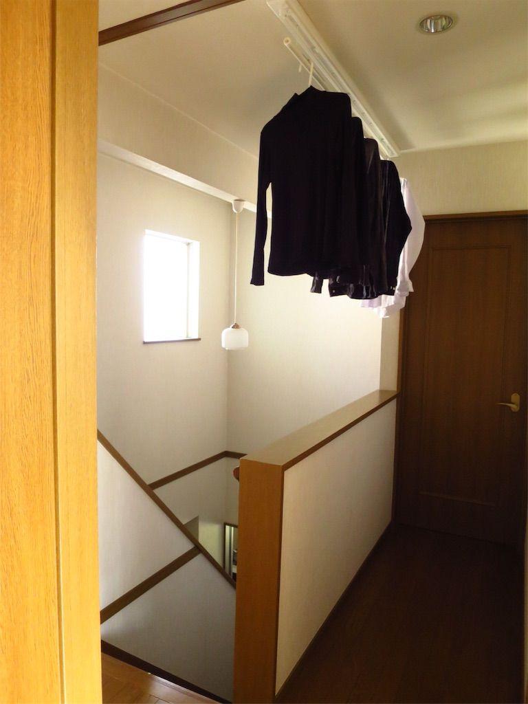 階段上のデッドスペースに室内物干し