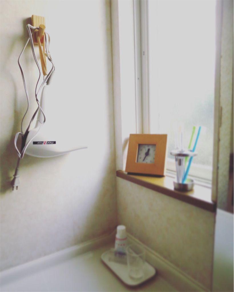 洗面所で、無印のフックにドライヤーを吊るす