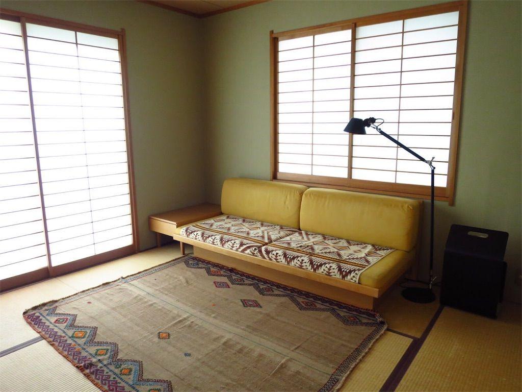 和室にソファベッドとサイドテーブル