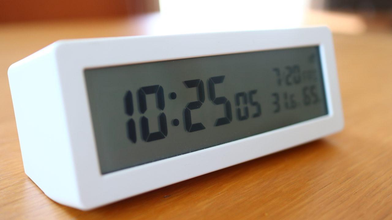 無印のデジタル電波目覚まし時計