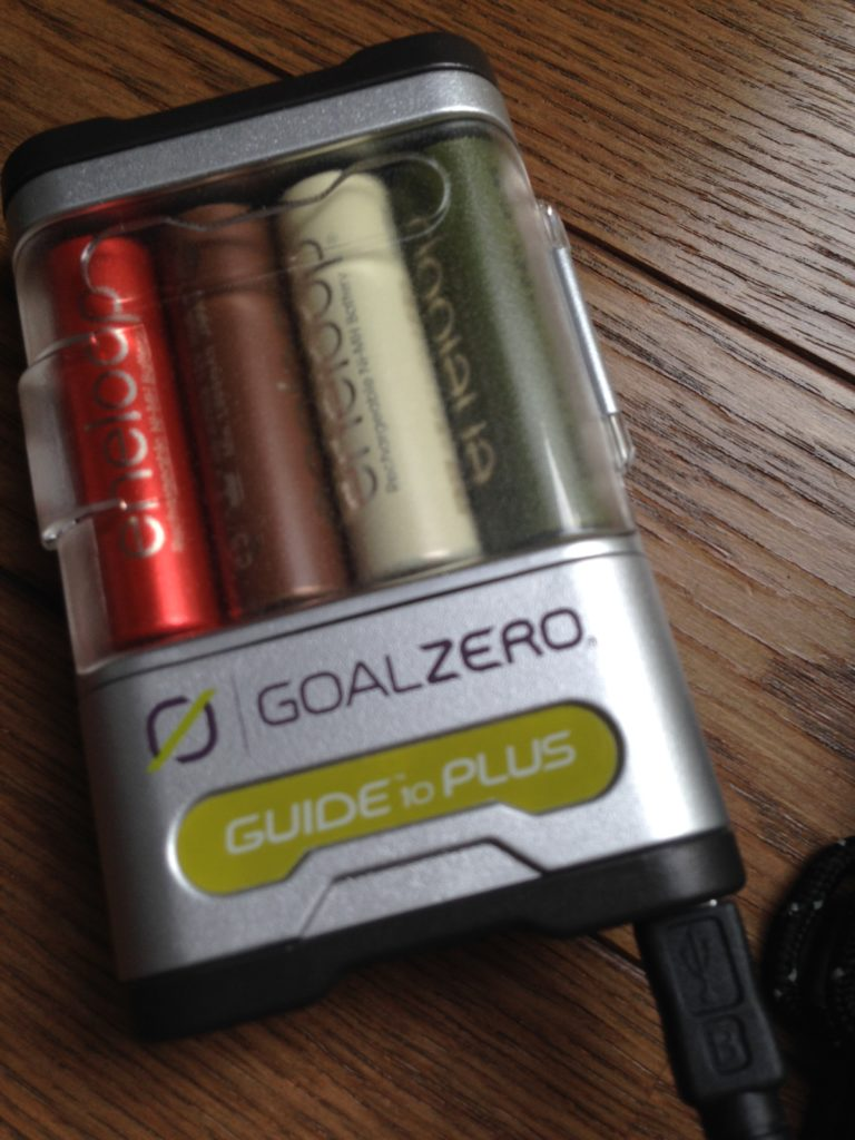 GoalZeroのソーラーチャージャーノマド7、エネループの充電器つき