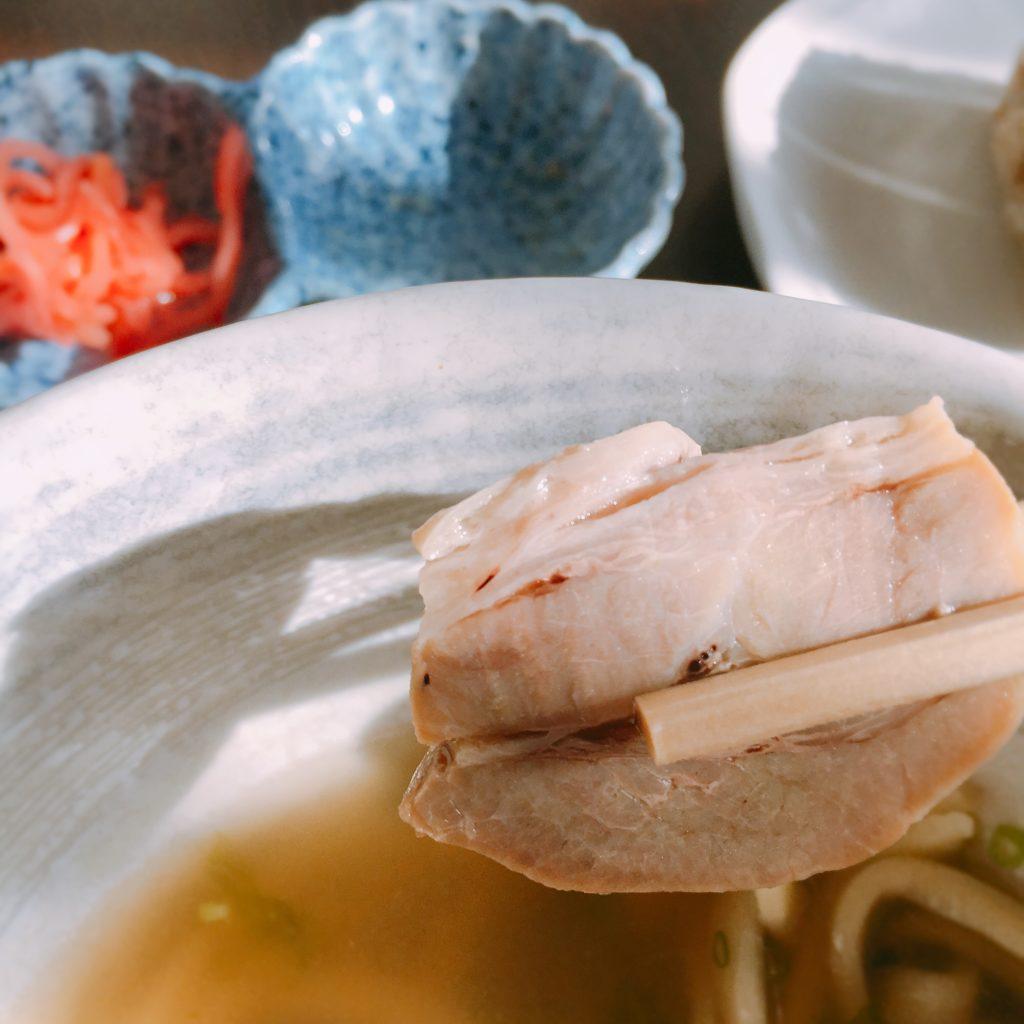ダイニング清の沖縄そば、三枚肉もさっぱりしていておいしい
