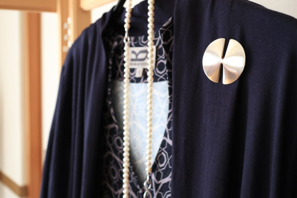 卒業入学式ファッションにブローチを