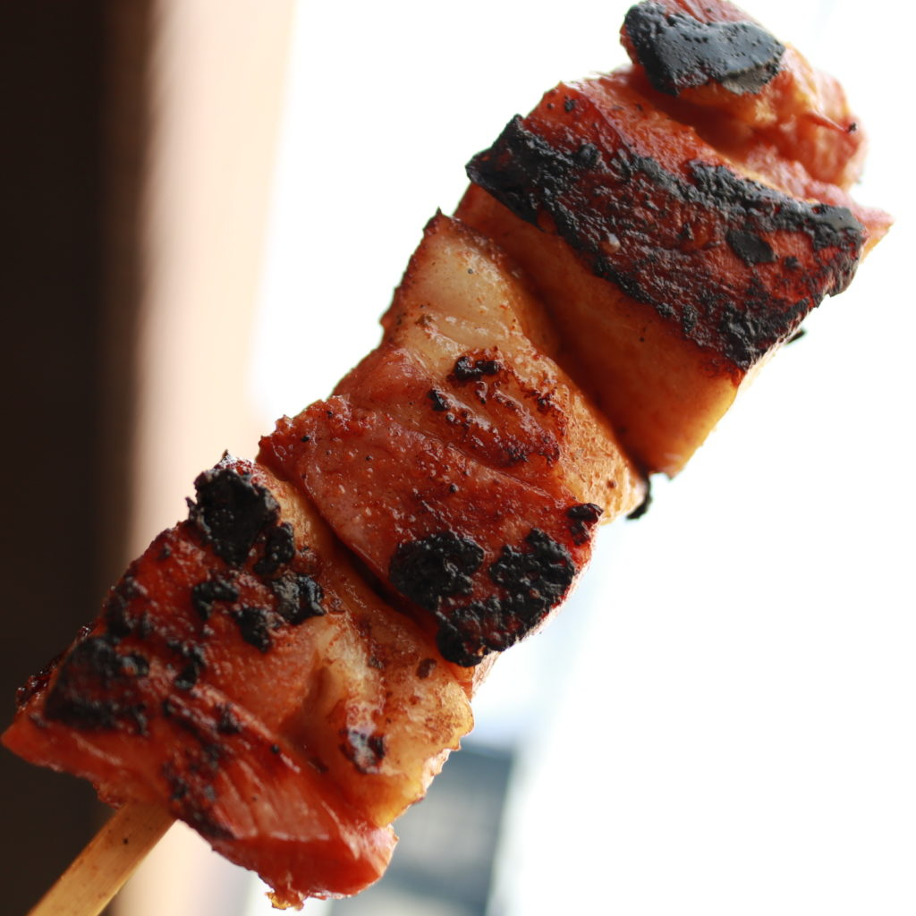 谷中よみせ通りの千駄木腰塚でベーコン焼きの食べ歩き
