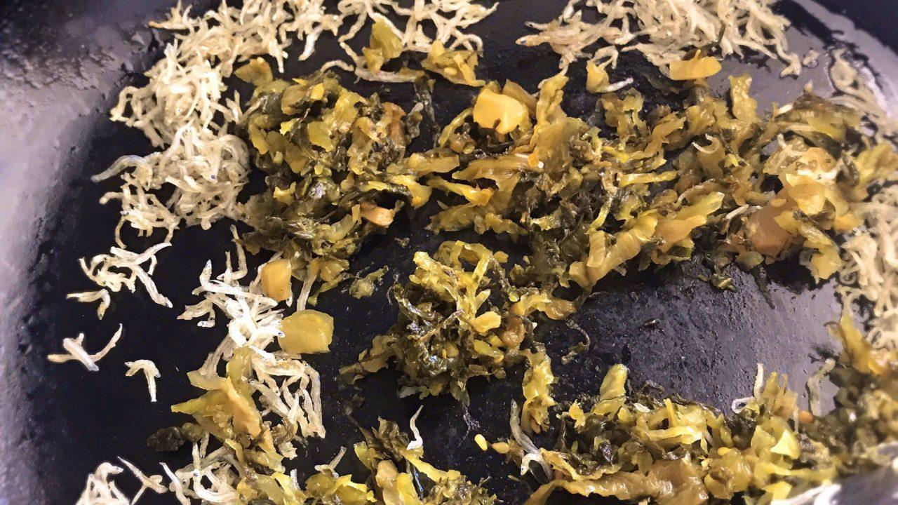 ノー包丁でパパッと作る、ちりめんじゃこと高菜のチャーハンレシピ