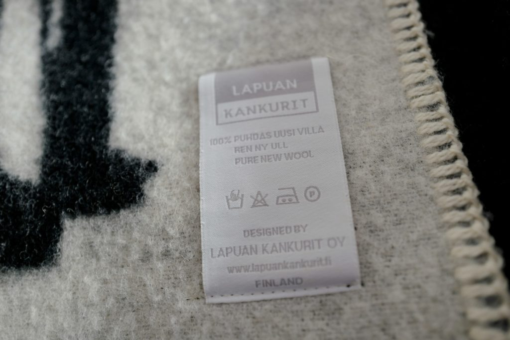 北欧フィンランドのウールブランケットラプアンカンクリをベッドで寝具として使っています。