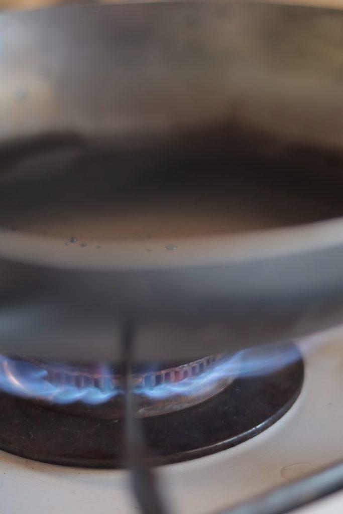 鉄フライパン「油ならし」の手順:水分を飛ばす