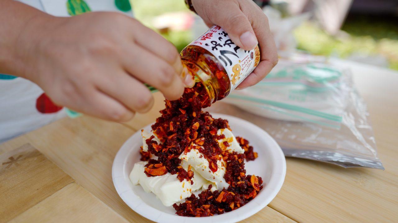 初めてのファミキャンにおすすめ!カンタン絶品レシピ「クリームチーズの食べるラー油掛け」