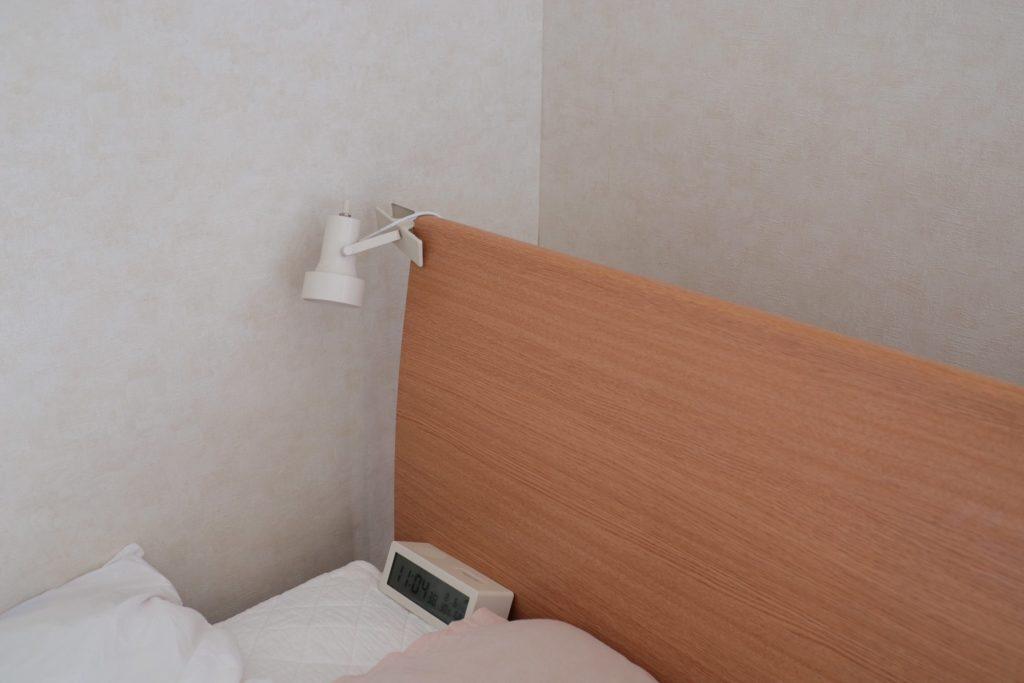 ベッドサイドをすっきりと。無印のLEDライトをヘッドボードに取り付けています。
