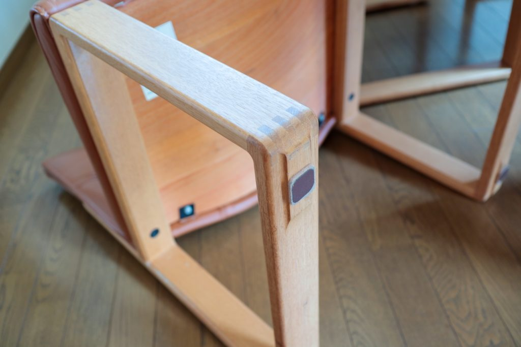 掃除機掛けをラクに!ダイニングチェアの脚にカグスベールを貼っています。