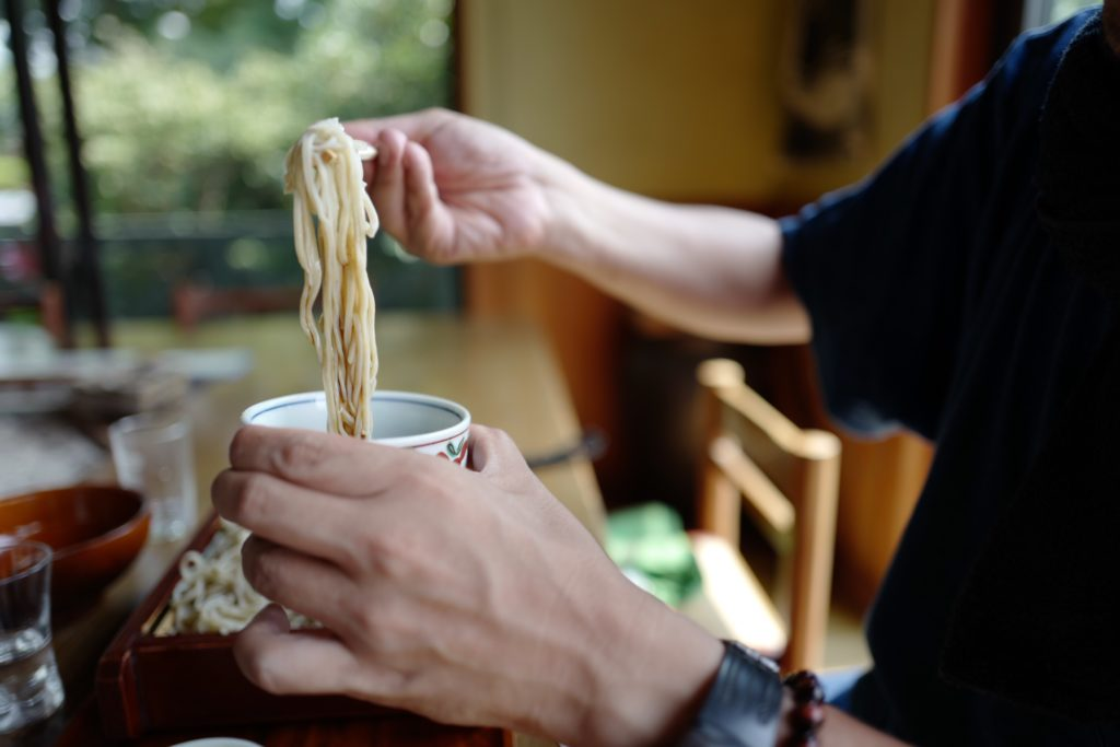 朝霧高原の手打蕎麦やさん「三更」で鴨蕎麦を。