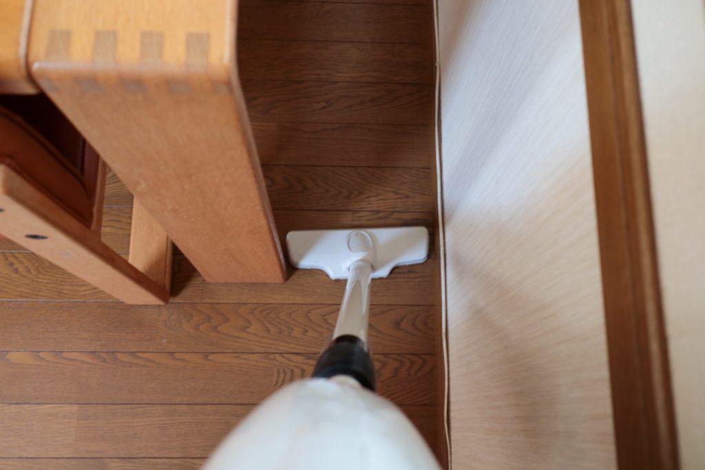 掃除機掛けをラクに!ダイニングテーブルと壁の間にすきまをあけています。