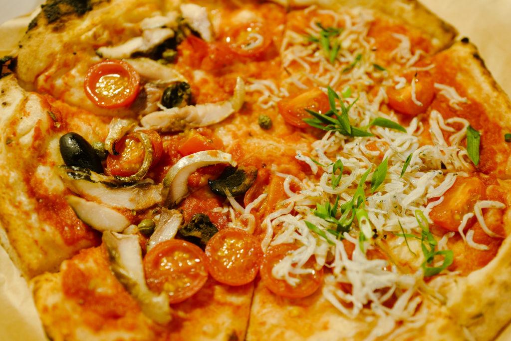 真鶴駅前 真鶴ピザ食堂「KENNY(ケニー)」のシラスのマリナーラと味の干物のマリナーラのハーフ&ハーフ