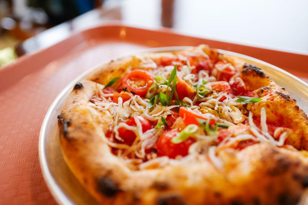 真鶴駅前 真鶴ピザ食堂「KENNY(ケニー)」のしらすのマリナーラピザ