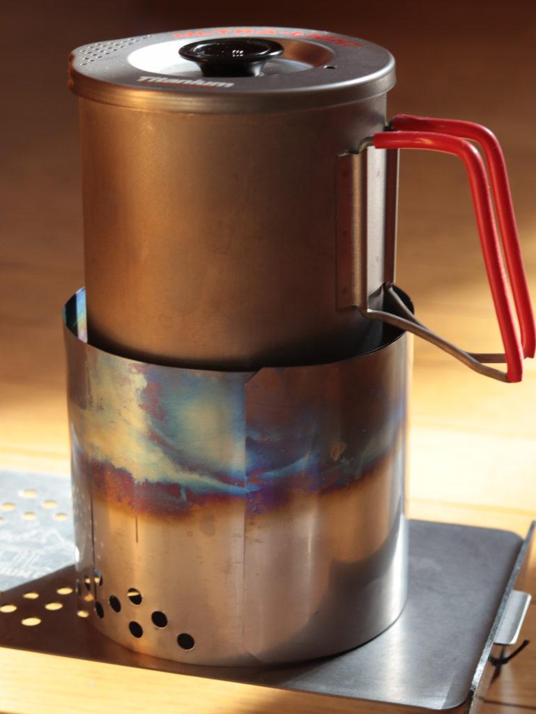 ダイソーの固形燃料で湯沸し:T's Stoveのチタン風防