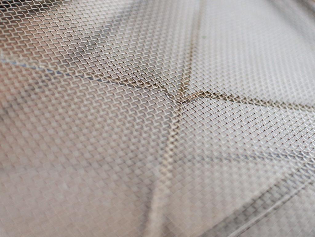 ステンレス平バットと網ザルは斜交いのワイヤーが邪魔で使いにくい