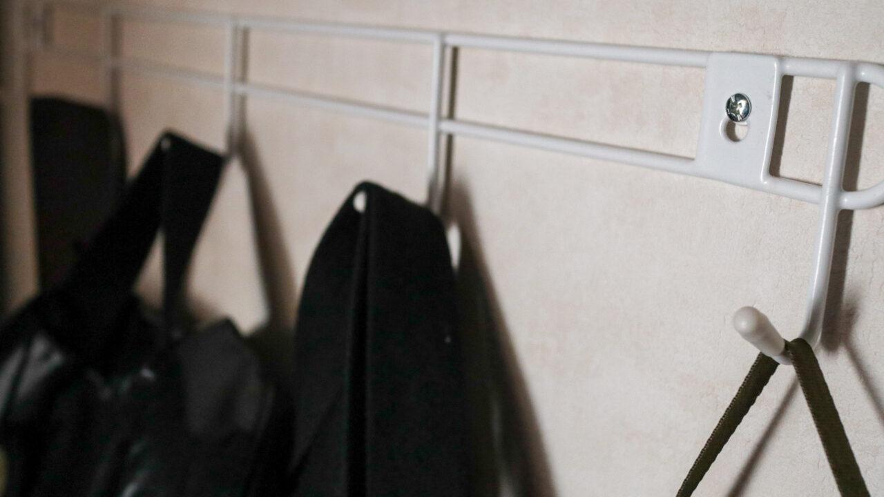 ダイソー「壁掛け5連フック」でクローゼット収納を改善