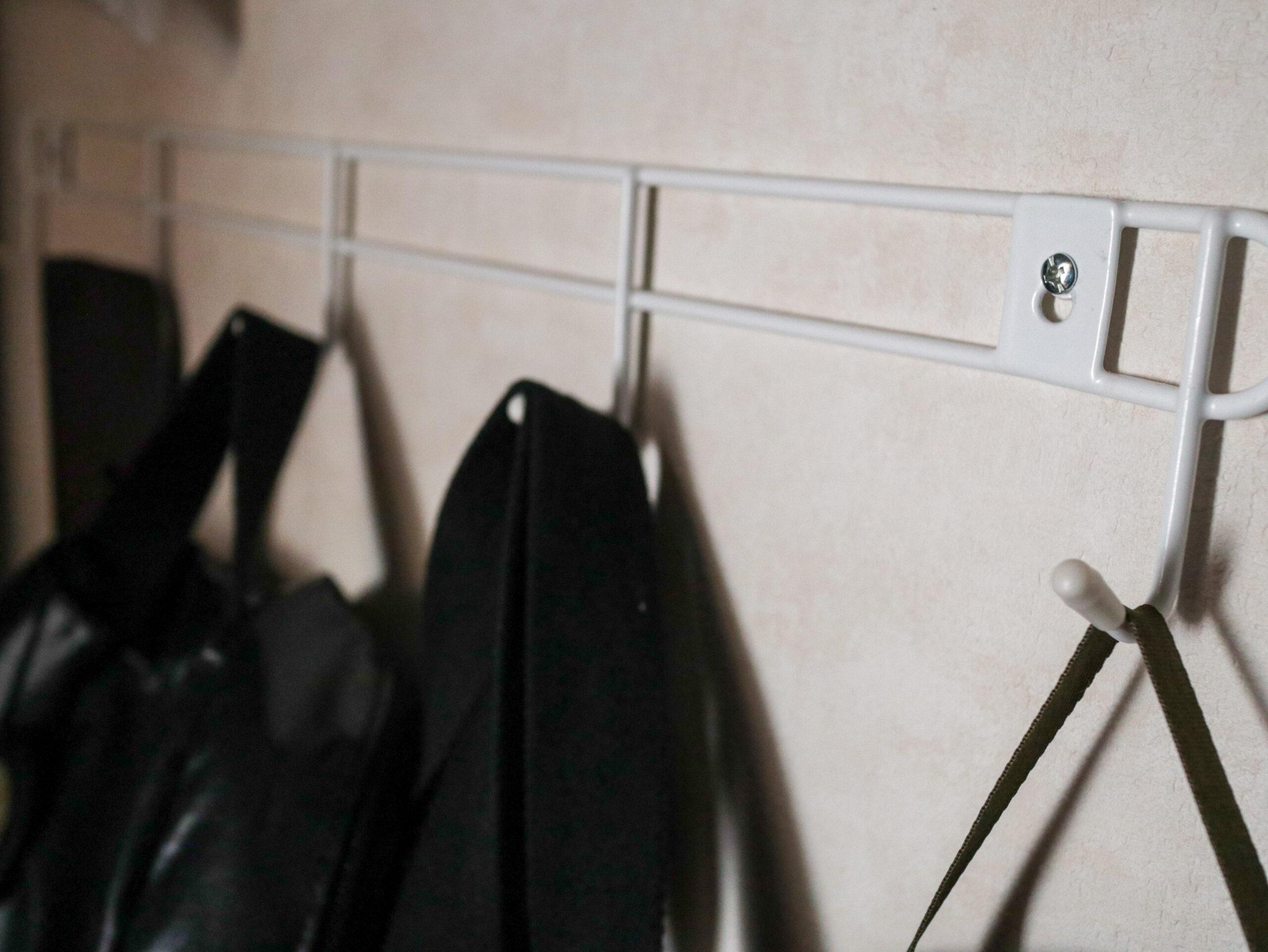 ダイソーの5連フックで、クローゼットがさらにすっきり使いやすくなりました。