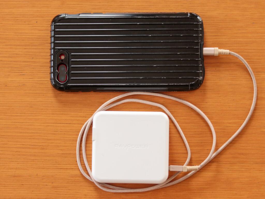 ミニマリストの防災アイデア。コンセント一体型モバイルバッテリーとスマホをセットにして就寝する