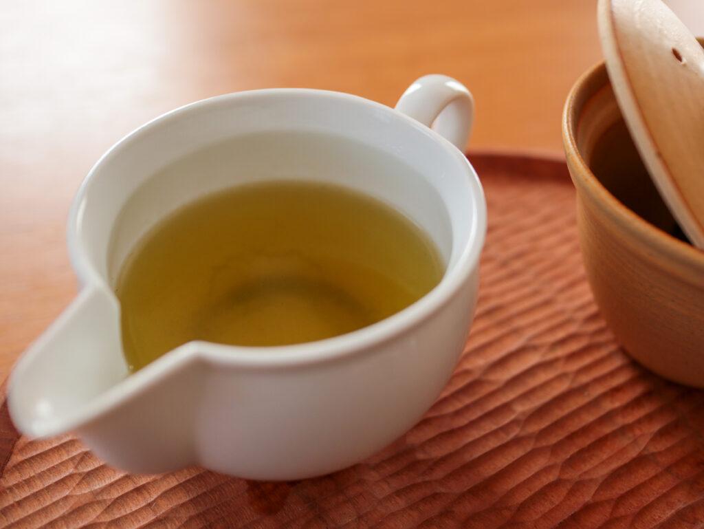 ひとり専用ティータイムセット:東屋のジューサーを茶海として使って湯冷まし