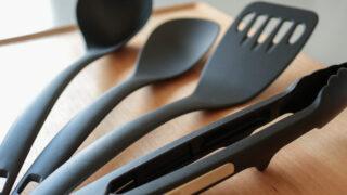 ミニマリストのキッチン道具:おたま、調理スプーン、ターナー、トング