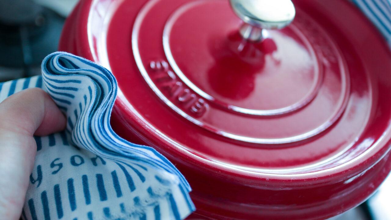 不潔になりやすい鍋つかみは、手ぬぐいで代用