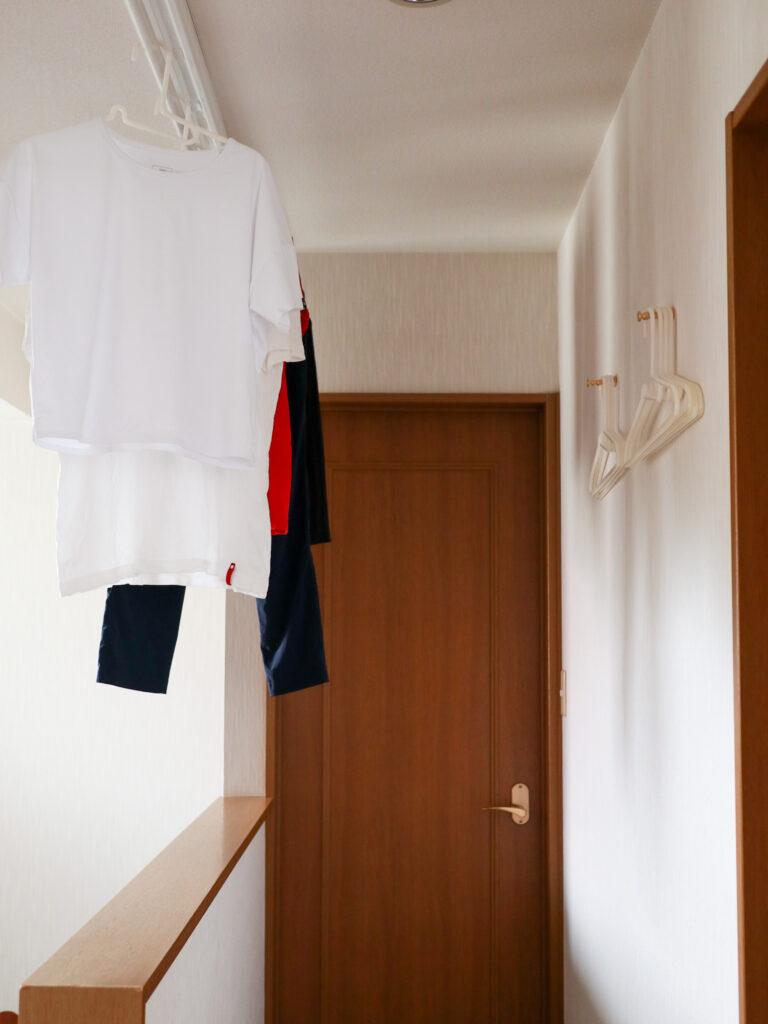 無印の洗濯用ハンガーを、SCOPEの真鍮ネジ式フック2型で掛ける収納に